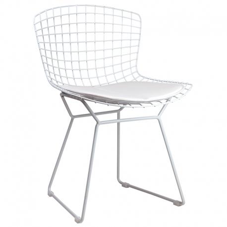 Silla metálica de color blanco con asiento de rejilla y cojín blanco