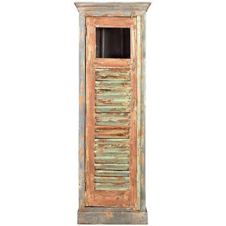 Armario de madera con pierta veneciana y efecto envejecido gracias al acabado decapado