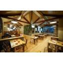Mesa de bar estilo industrial con estructura metálica negra y sobre de madera de pino