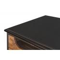 Mueble de televisión de madera de teca y acero, con cajones con tirados dorados y ruedas metálicas