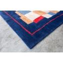 Alfombra de lana en color azul marino, rojo y tierra de origen indio para el comedor.