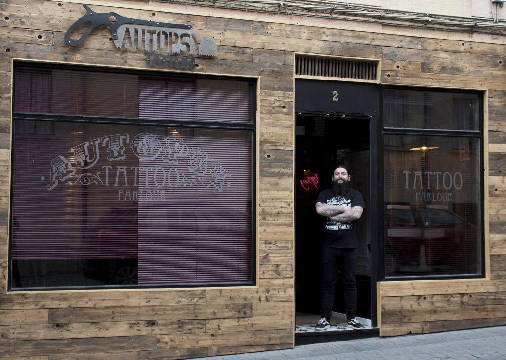 Marcos Rito en su estudio de tatuajes Autopsy (León).