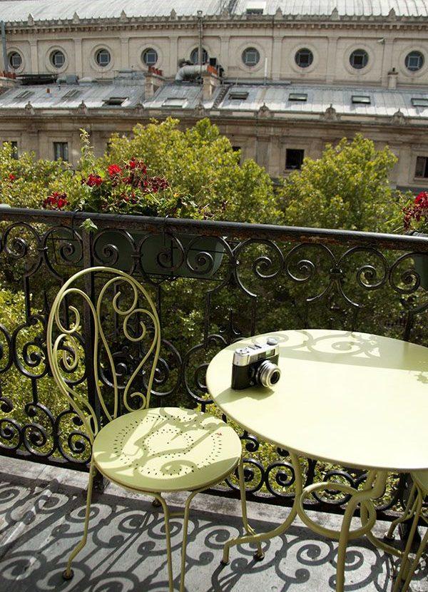 Silla y mesa en forja | Mobiliario terraza balcón