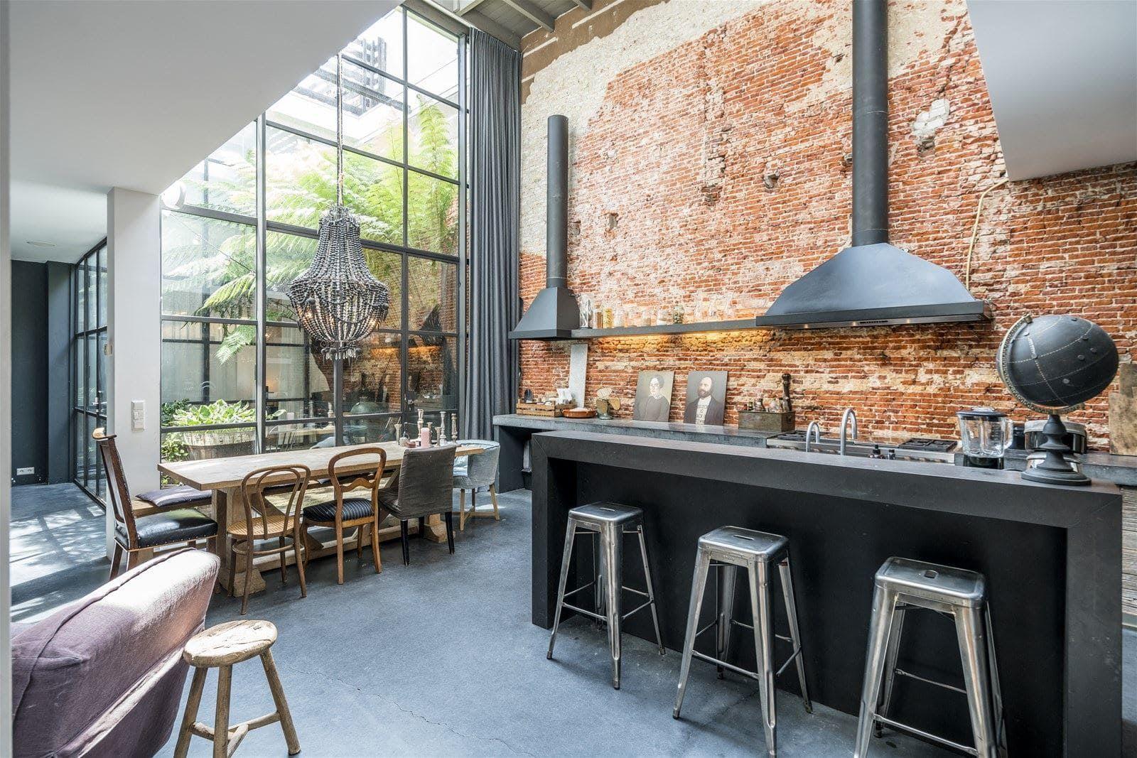 Cocina con isla de estilo factory industrial taburetes Singular Market