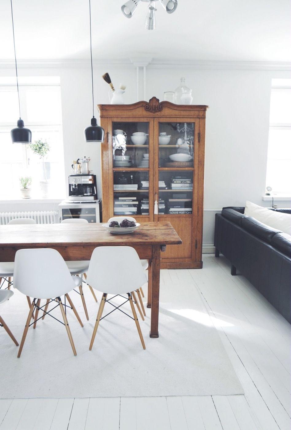 Comedor Estilo Nórdico con sillas Réplica Eames y Vitrina de Madera