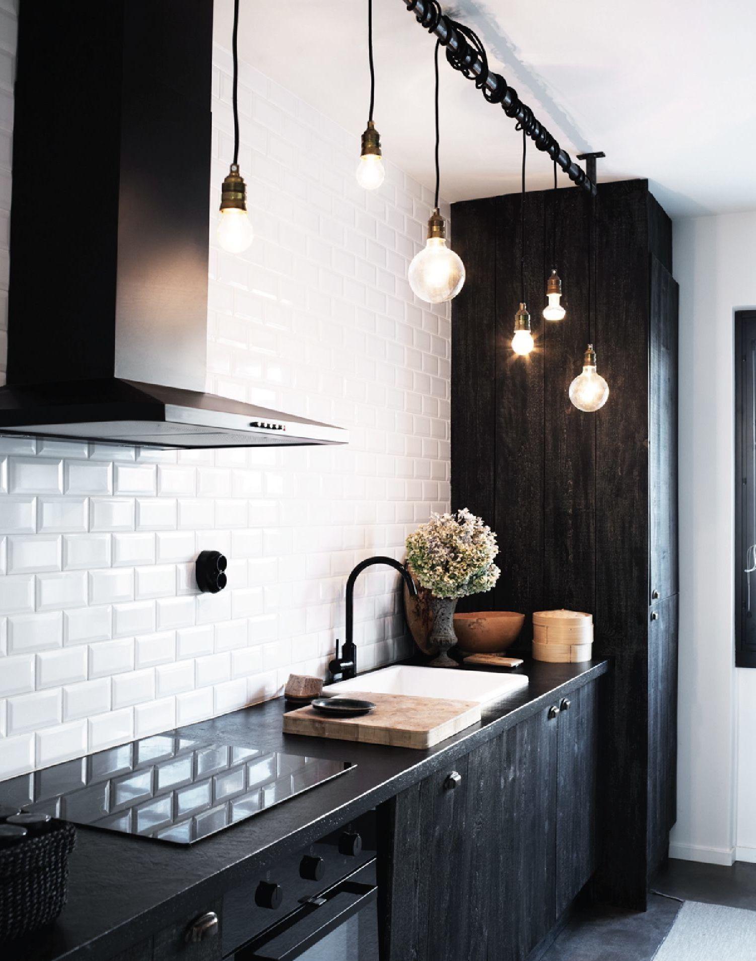 Cocina con aires rústicos, iluminada por bombillas de diferentes tamaños Singular Market