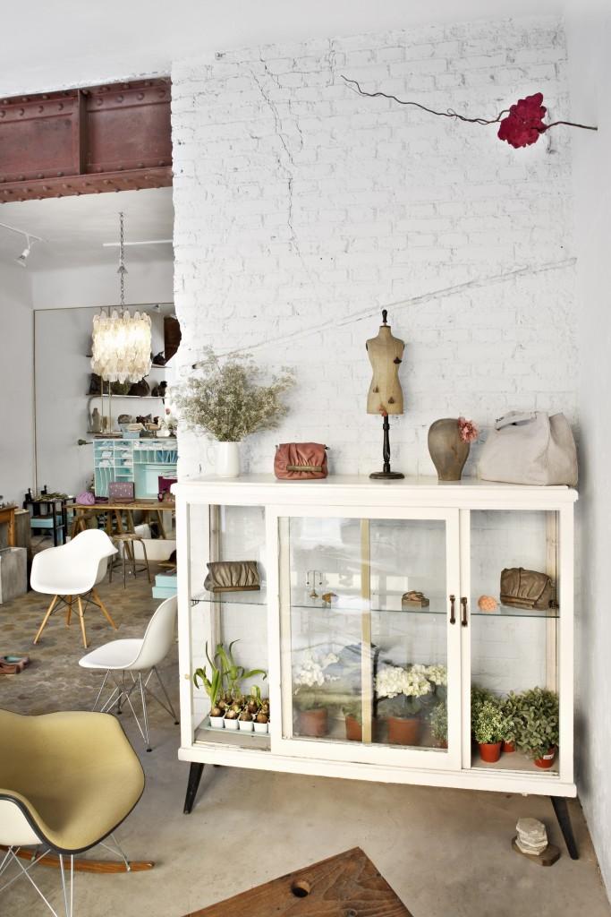 Redecorar el salón con una vitrina de cristal de color blanco