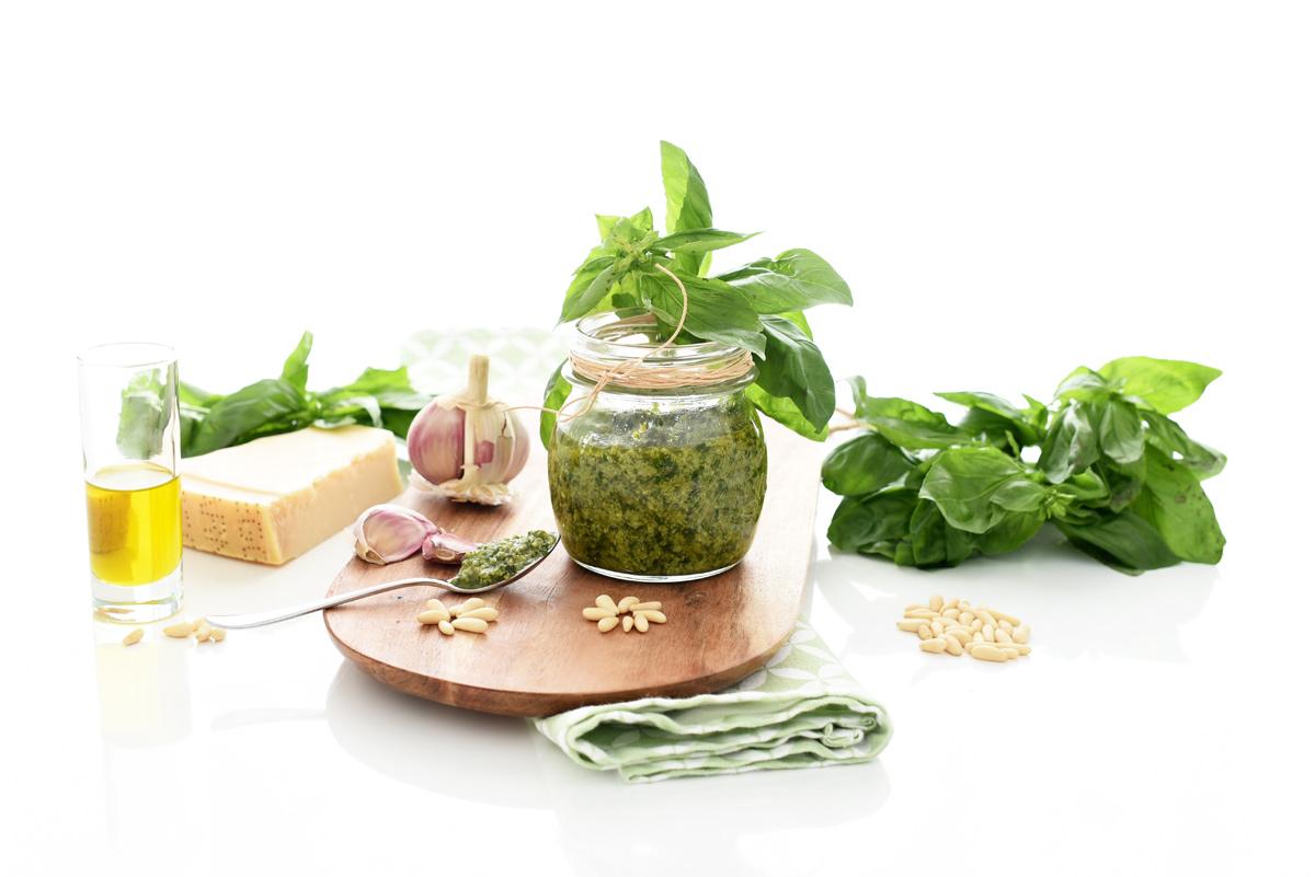 Ingredientes para elaborar la tradicional salsa pesto