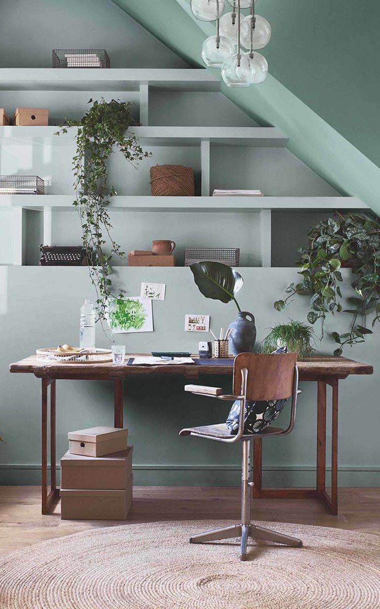 Mobiliario de madera en escritorio de teletrabajo  como tendencia del 2021