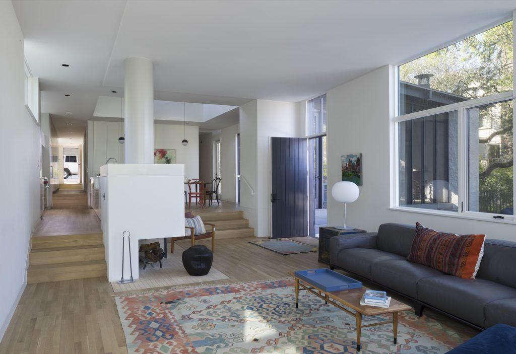Salón estilo rústico con sofá azul