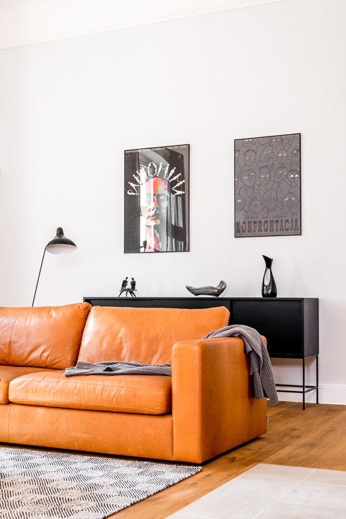 Salón con sofá de piel de diseño