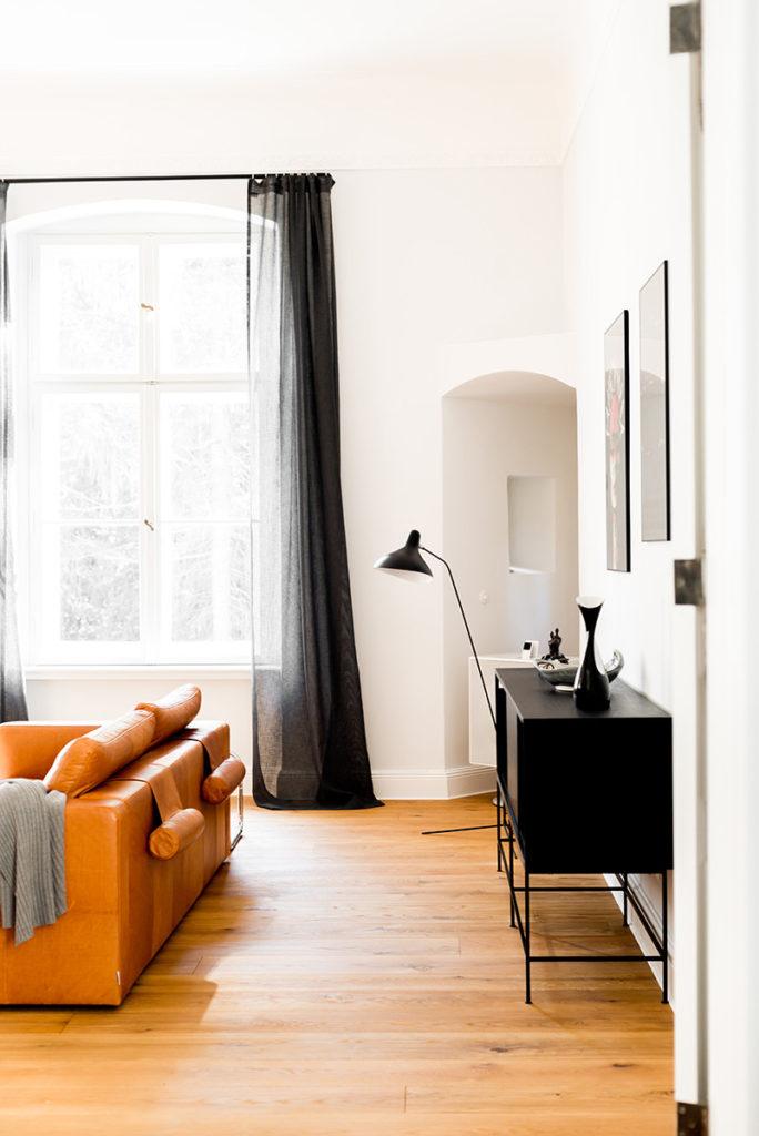 Salón con sofá minimalista