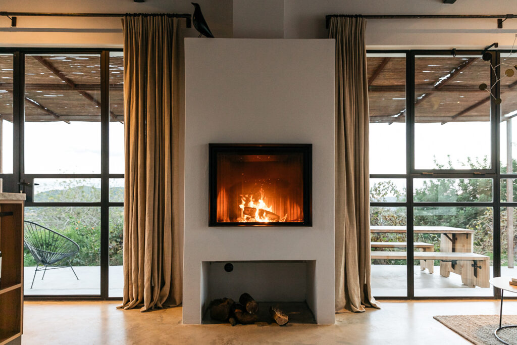 salón rústico con chimenea