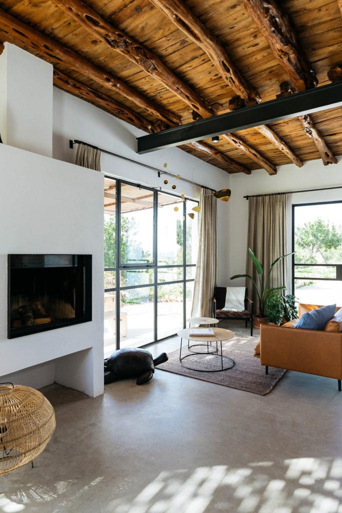 Salón rústico moderno con vigas de madera