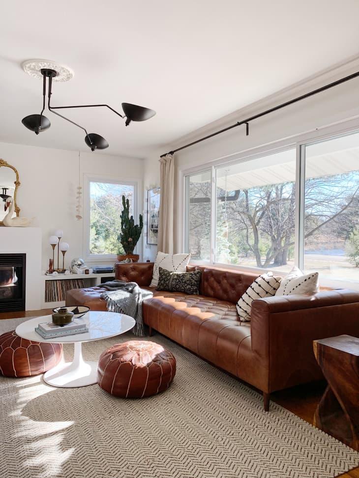 Salon de diseño con sofá de piel