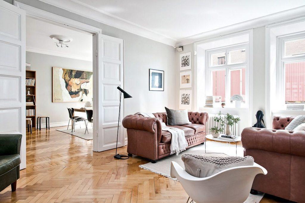 Salón de diseño con sofá chester de piel