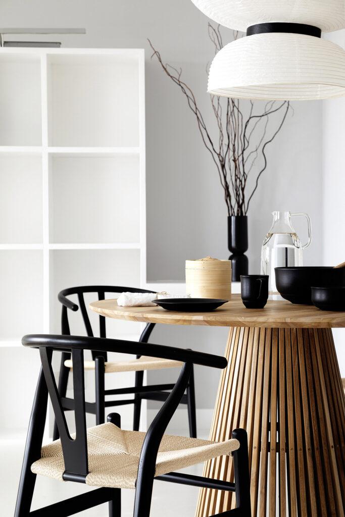 sillas wishbone en casa estilo japandi