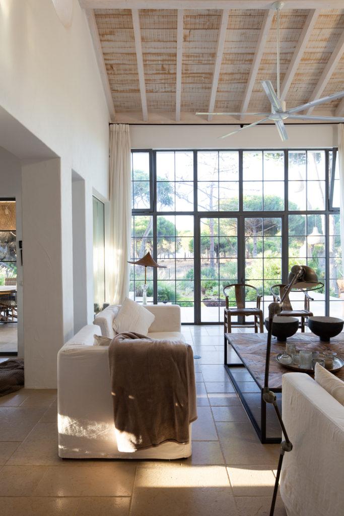 salón estilo rústico de tonos tierra y blancos