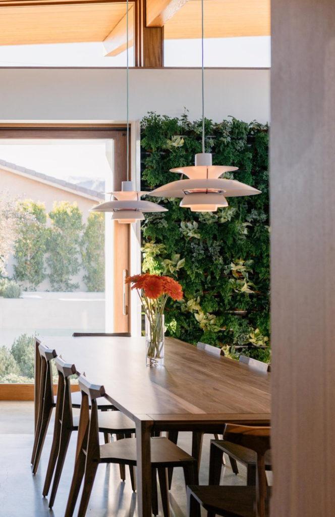 Mesa de comedor y sillas de madera con lámparas PH