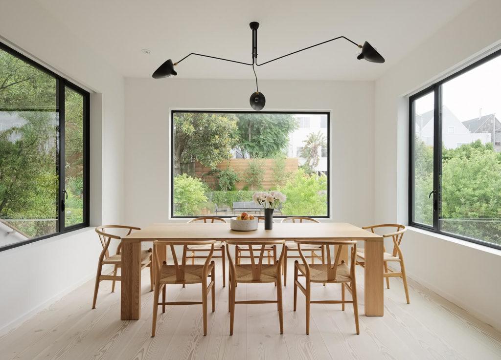 Comedor de diseño con lámpara de techo extravagante