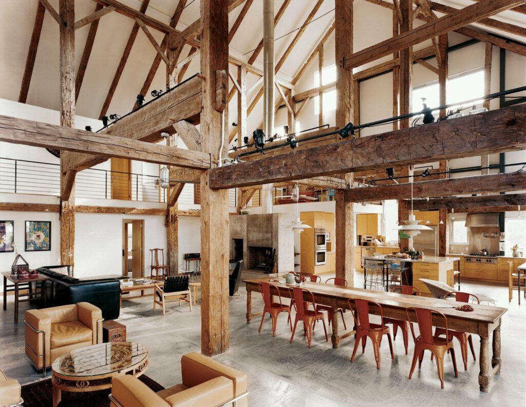 Cocina con vigas de madera y lámparas de techo