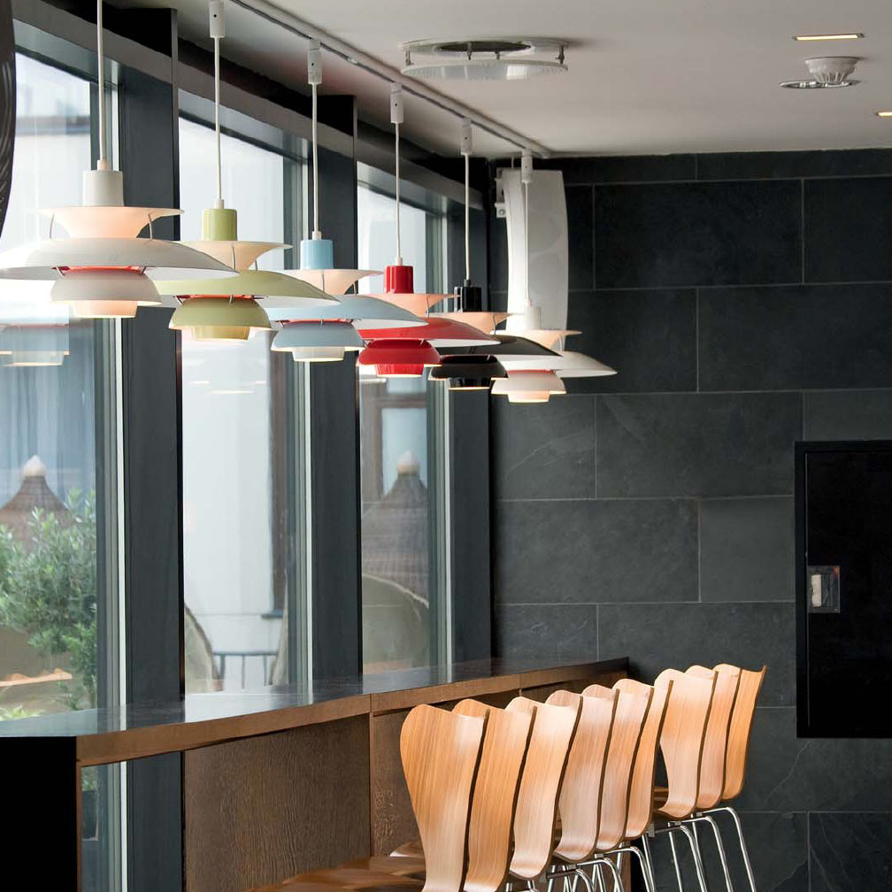 Gran mesa de comedor de diseño con lámparas de techo