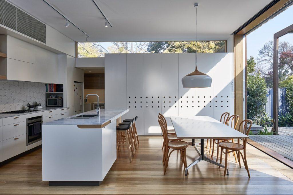 Cocina comedor de diseño con sillas tipo thonet de madera