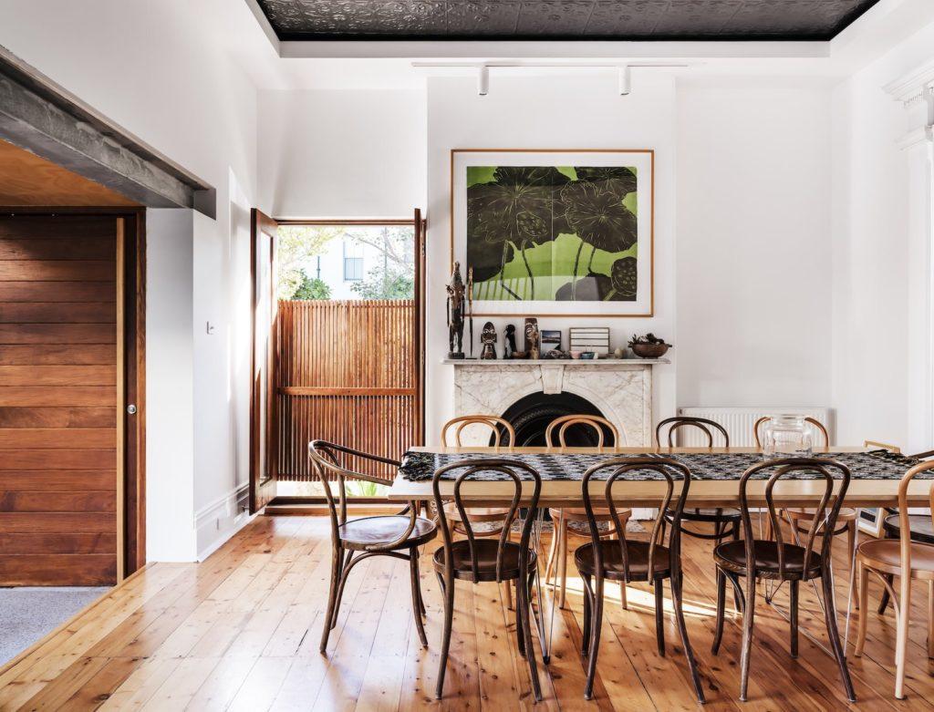Comedor de diseño con sillas de madera