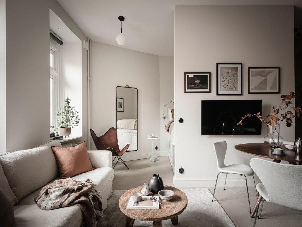 Salón de diseño en tonos grises con mesa de centro de madera