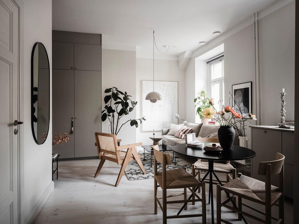 Salón con paredes de color greige y muebles nórdicos