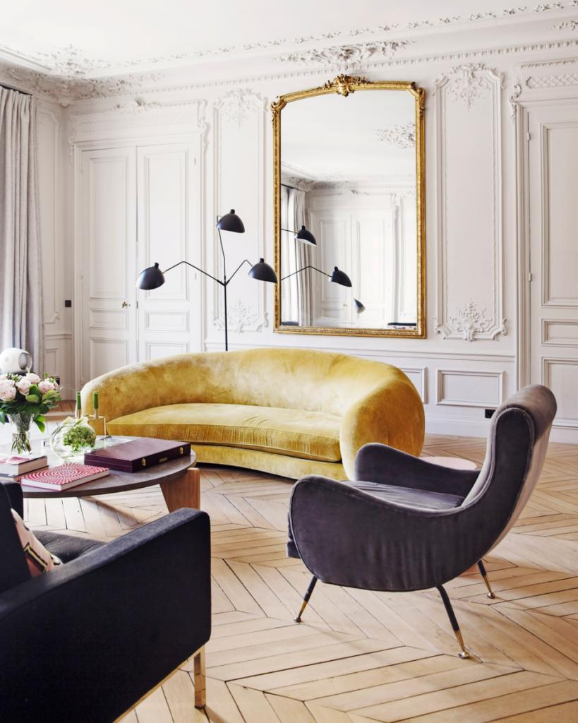 Salón de estilo parisino con sofás de terciopelo