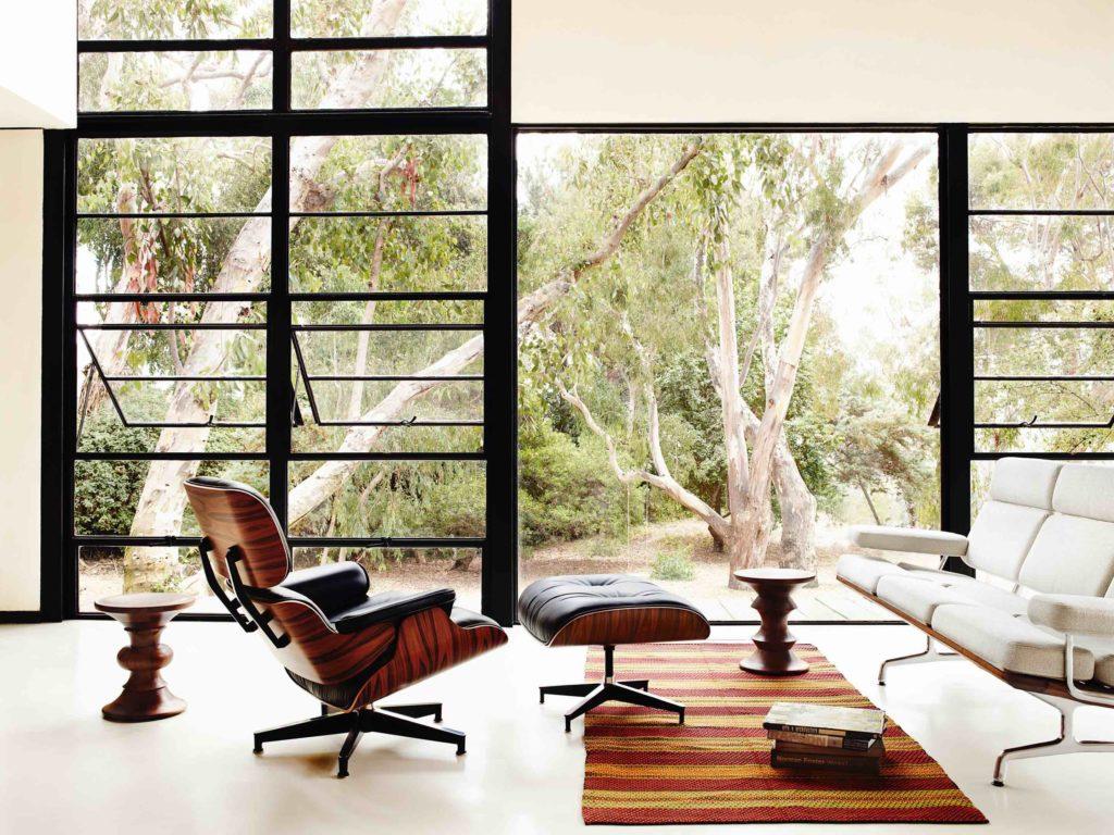 Salón con sillón de diseño réplica Eames en piel