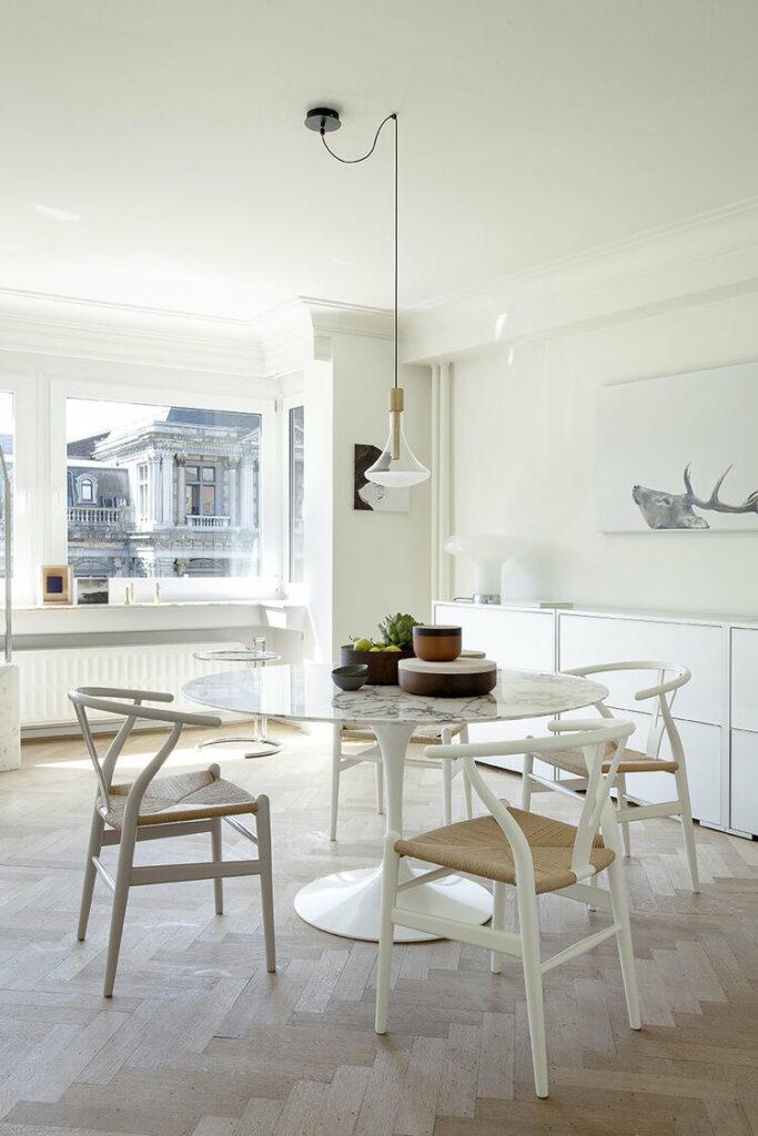 Comedor con mesa de mármol tulip y sillas Y