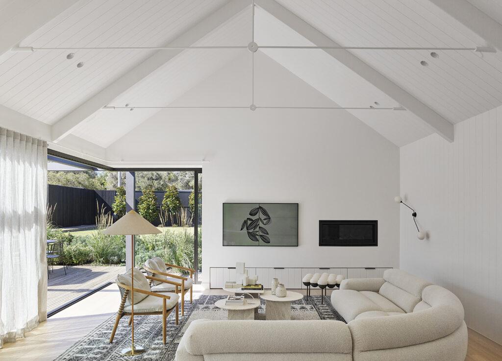Salón decorado en tonos blancos, estilo modern sanctuary