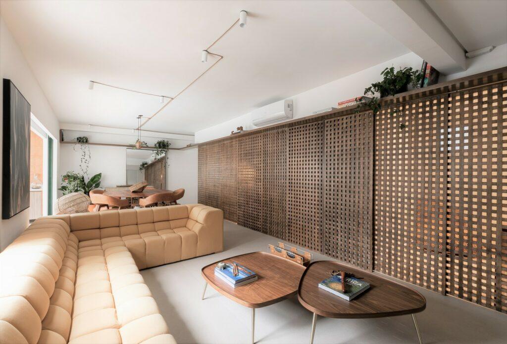salón moderno con gran sofá y mesas de centro de madera