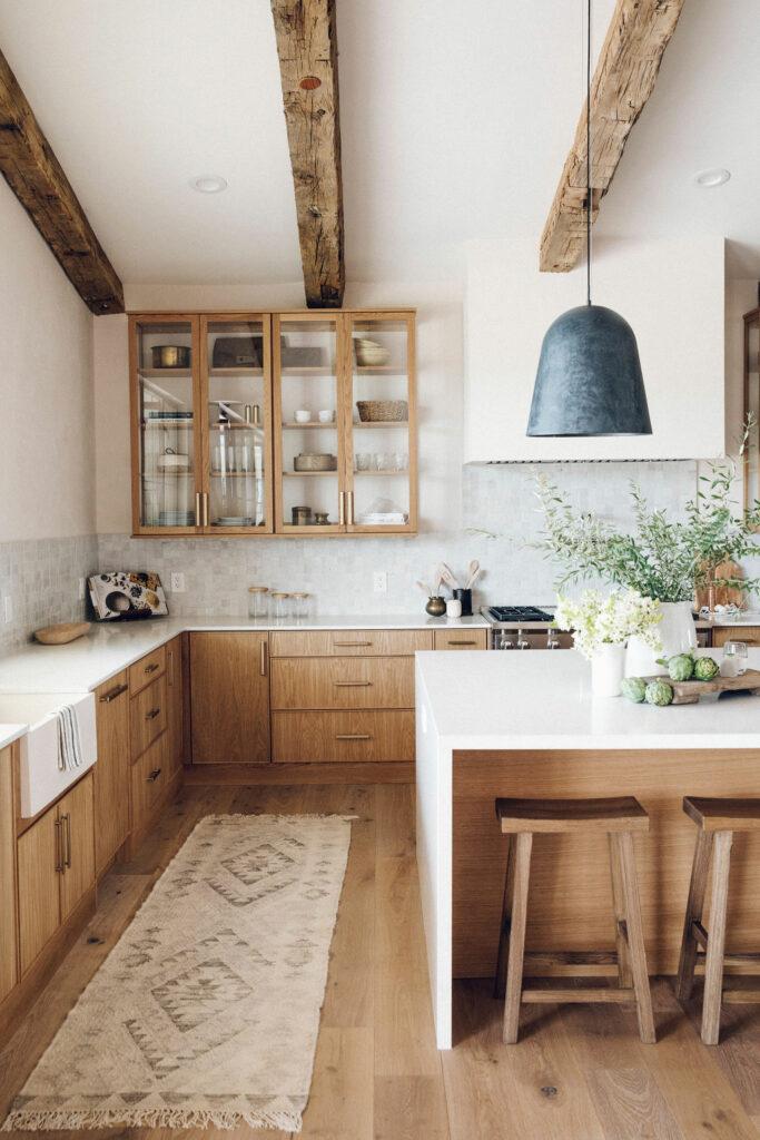 Isla de cocina rústico moderna con taburetes de madera