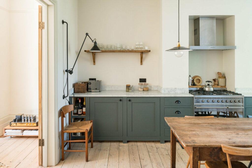 Preciosa Cocina Rústica con mobiliario en tonos verdes