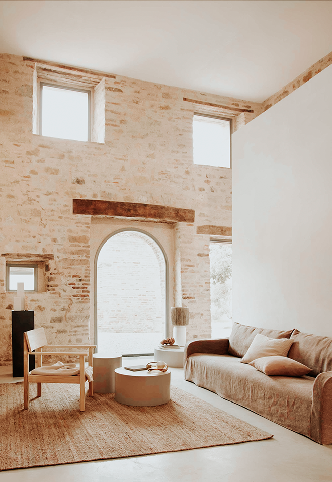 salón minimalista en tonos claros y con sofá de lino