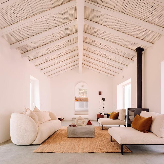 salón moderno con mesa de centro de cemento