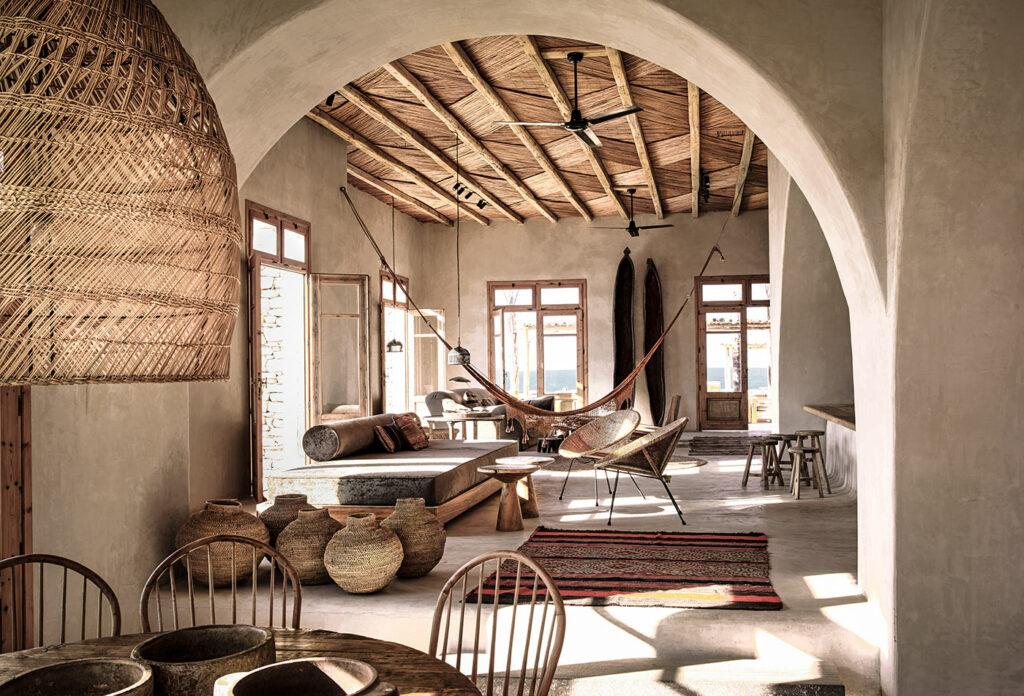 Salón de inspiración mediterránea con fibras naturales
