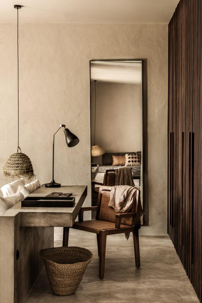 dormitorio con lámparas y accesorios de fibras naturales