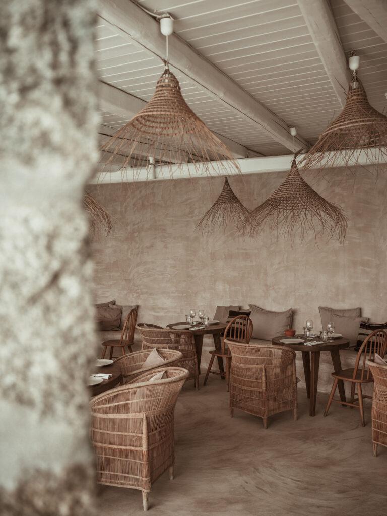 Restaurante con sillas y lámparas de fibras naturales