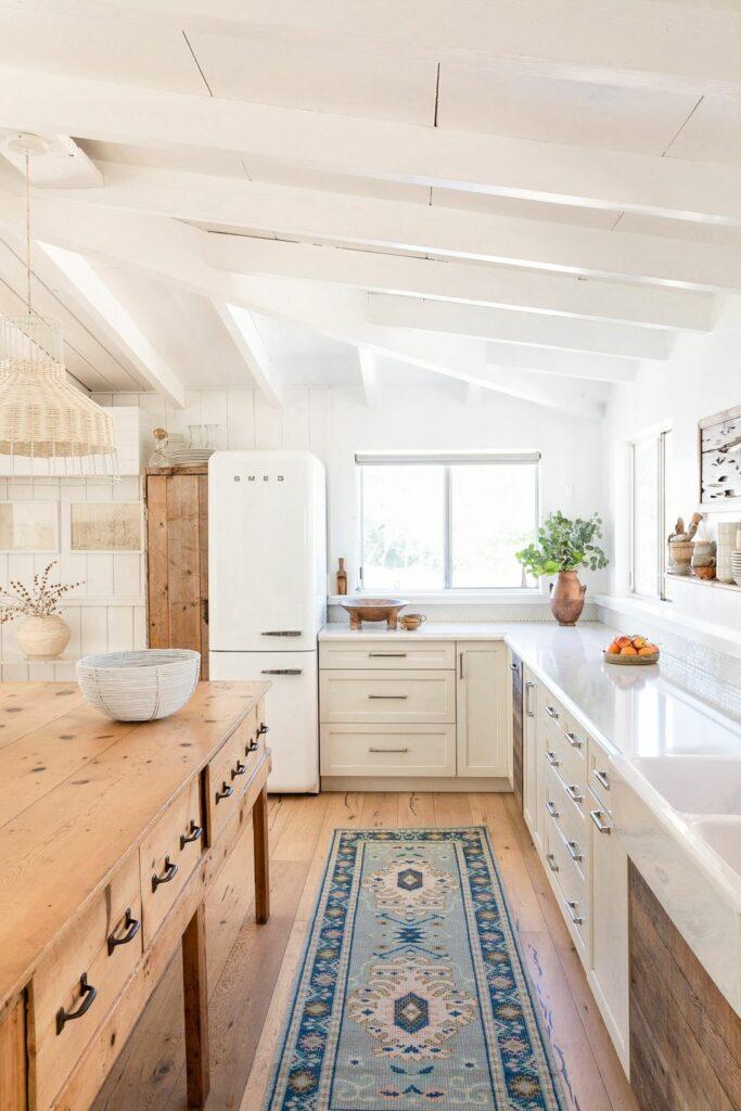 Una cocina rústica en tonos blancos y madera natural sin tratar