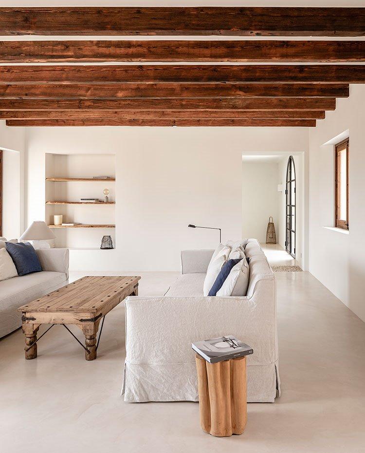 casa de estilo rústico con mesa de centro de madera