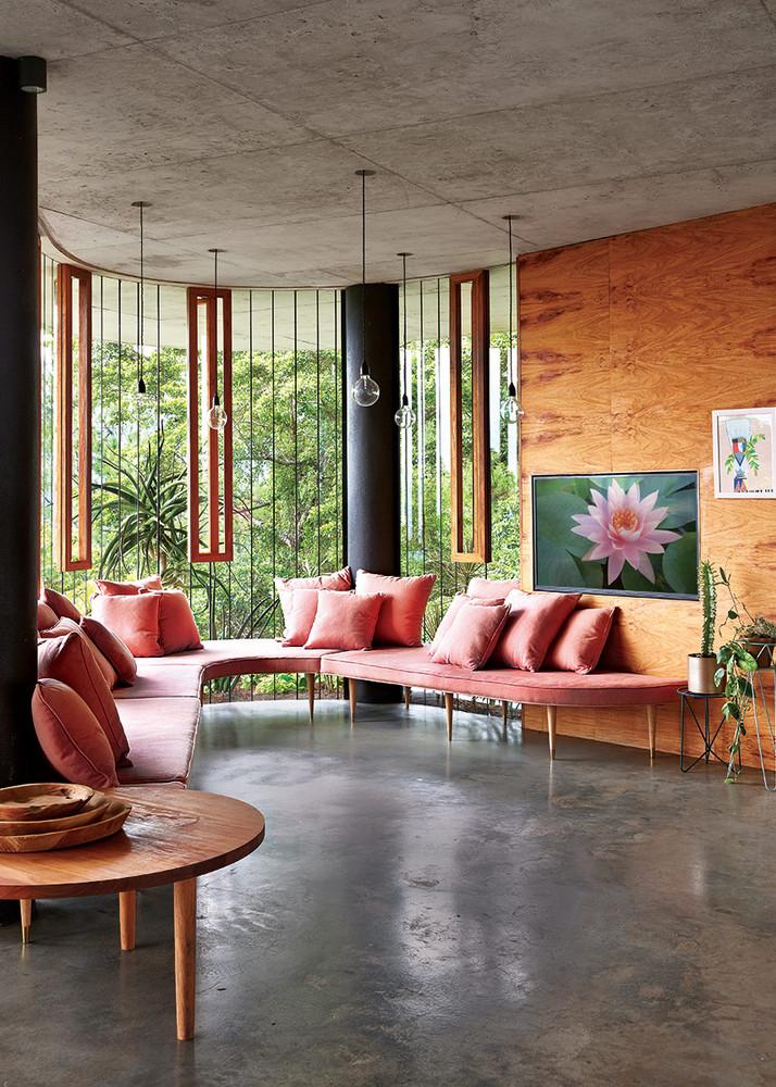 precioso salón con sofá de terciopelo rosa