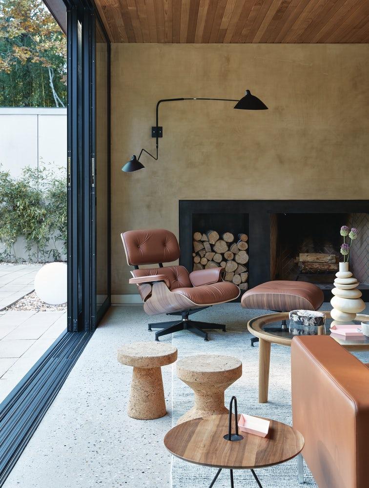 butaca de lectura lounge chair en piel color marrón