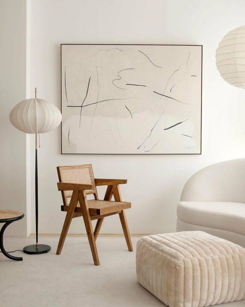 salón estilo minimalista con silla chandigarh
