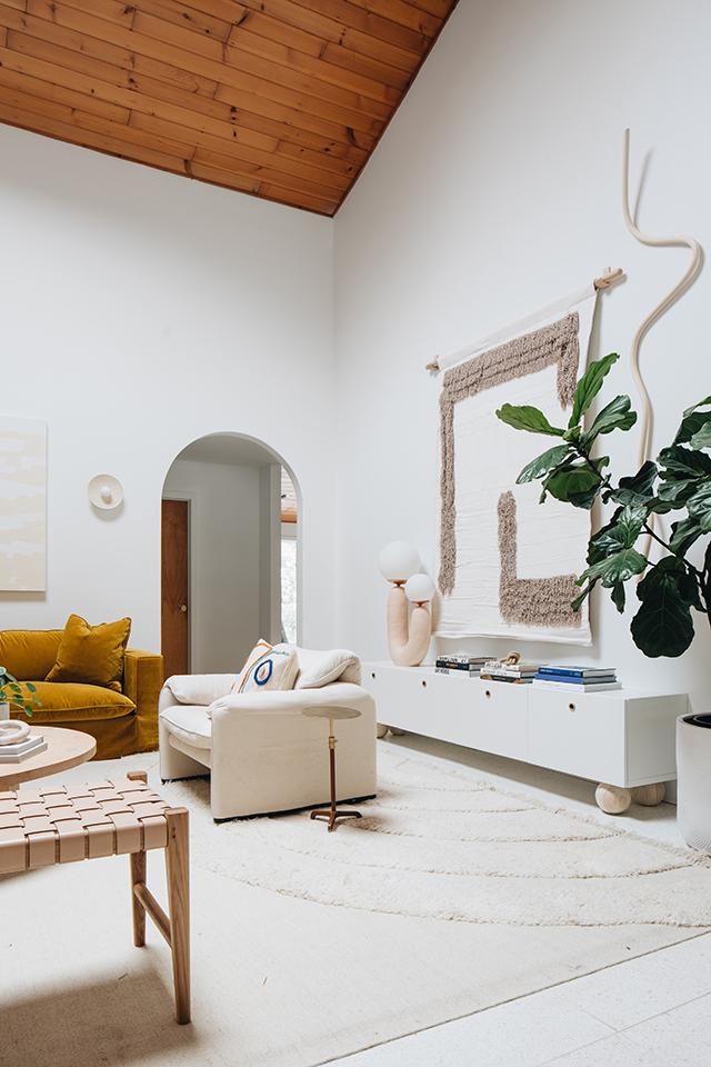 Precioso salón con sofá en teriopelo mostaza