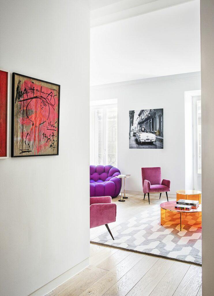 salón de estilo retro con sillones de diseño